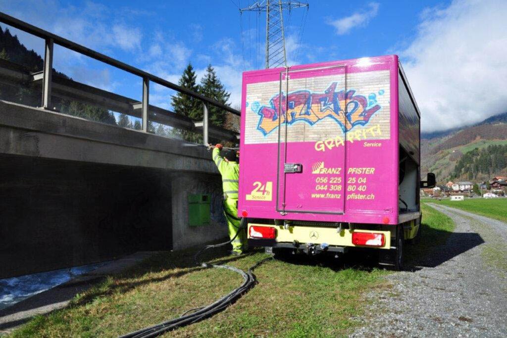 Graffitientfernung an Brücke