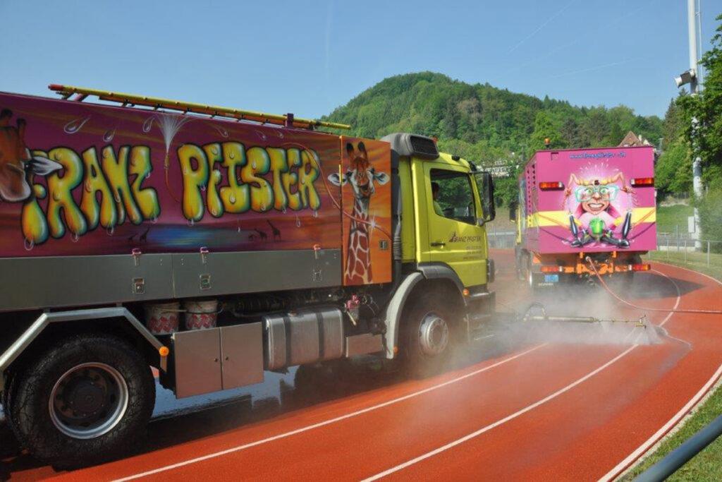 Flächenreinigung Lastwagen auf Sportplatz