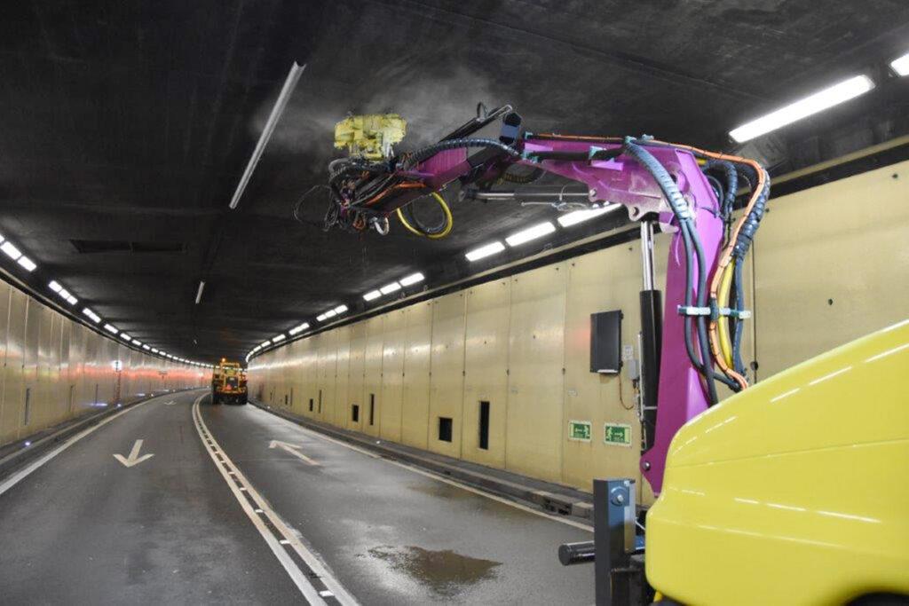 Reinigung mit Wasser-Höchstdruck im Tunnel