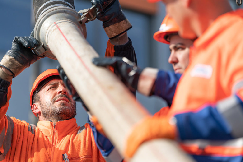 Arbeiter bei Kanalreinigung