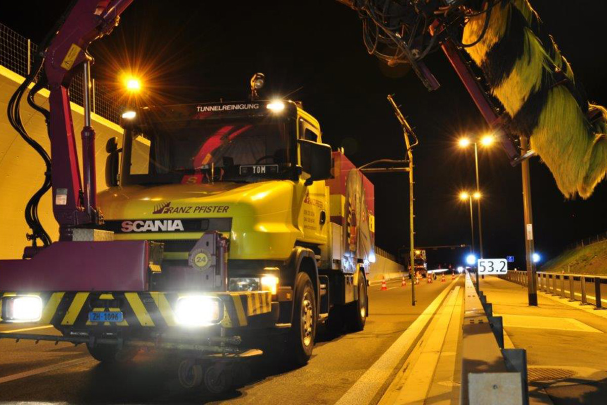 Einsatz Tunnelreinigung bei Nacht