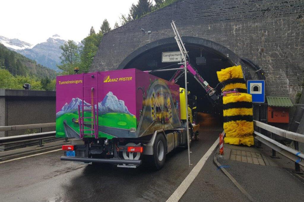 Tunneleingang mit Reinigungsfahrzeug